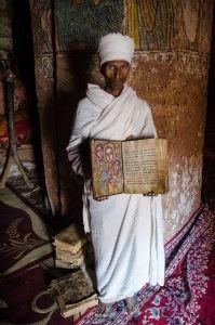 pretre livre ancient - Des eglise uniques au monde, ethiopie - afrique, ethiopie