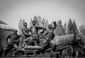statut soldats musee noir et blanc - pyongyang - Coree du Nord, l'envers de la medaille - Asie, Coree du Nord